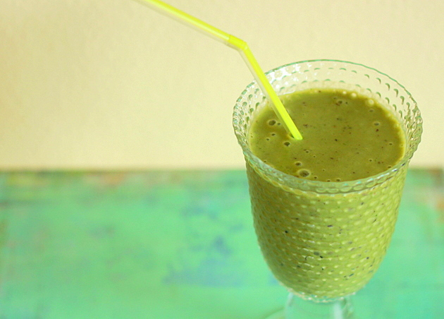 Green smoothies with spinach and blueberries | Kitchen Treaty