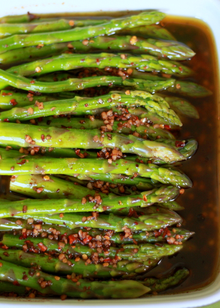Balsamic Marinated Asparagus recipe - This easy marinated asparagus recipe comes together in just a few minutes. Balsamic vinegar and garlic add a hefty dose of flavor, sugar mellows it out a bit and red pepper flakes add a nice little kick.