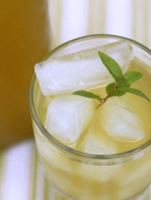Ginger and lemongrass iced green tea | kitchentreaty.com