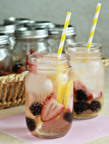 Individual white berry lemon sangria in a jar | Kitchen Treaty