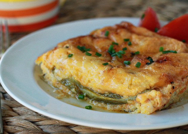Chiles rellenos breakfast strata - vegetarian with optional chorizo for the meat-eaters! Fluffy eggs seasoned with smoked paprika and a little cayenne, melty cheese, smoky green chilies ... overnight breakfast strata + chiles rellenos = a match made in heaven.