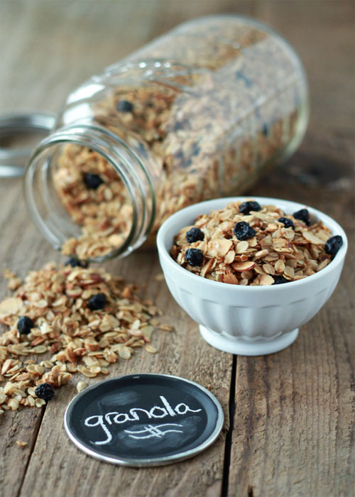 How to Make Granola - Homemade granola is so easy to make (seriously, it takes all of five minutes from pantry to oven), and it's so, so, so much cheaper to make it at home than buy it in the store. Plus, you can customize it to your heart's content.