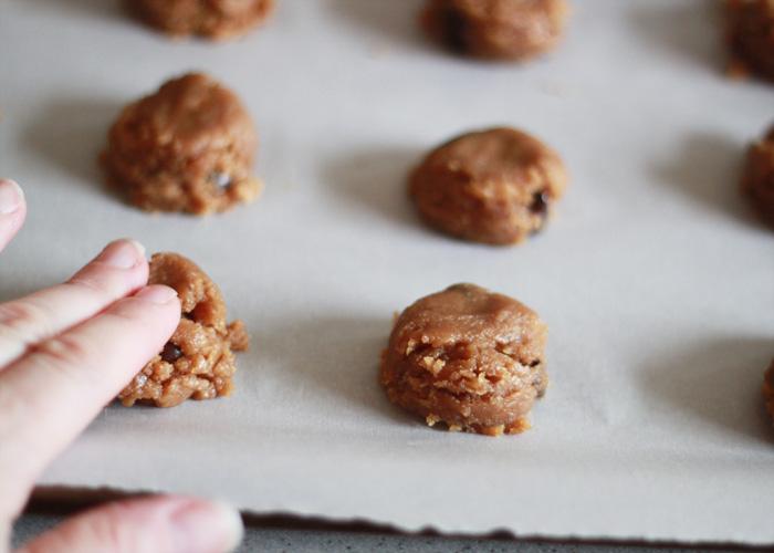 flourless_peanut_butter_chocolate_chip_cookies_2
