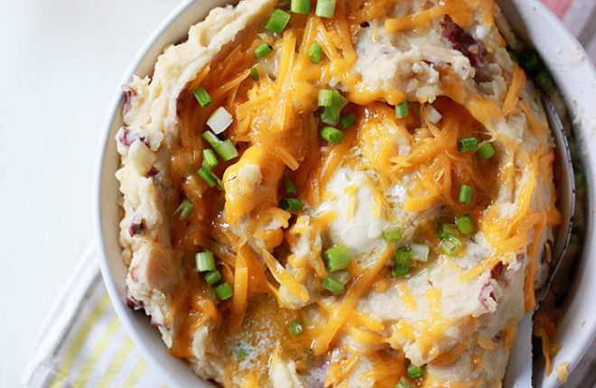 Slow Cooker Loaded Mashed Potatoes (with optional bacon for the carnivores) - A seriously easy, cheesy Crock Pot mashed potato recipe.