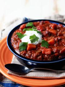 Slow Cooker Quinoa, Sweet Potato, & Black Bean Chili - a protein-rich (and very tasty) vegetarian chili recipe