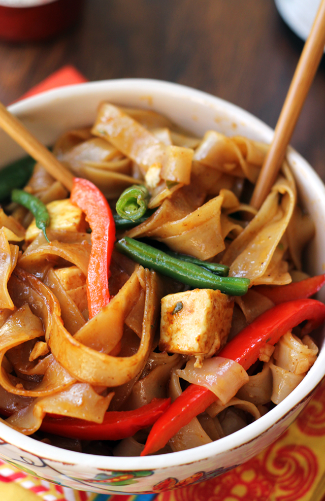 Delicious Drunken Noodles with Tofu & Peppers from @joanneeatswell is part of our 20 Quick Vegan Dinner Recipes round-up. Fast and healthy vegan meals in 20 minutes flat - or less!