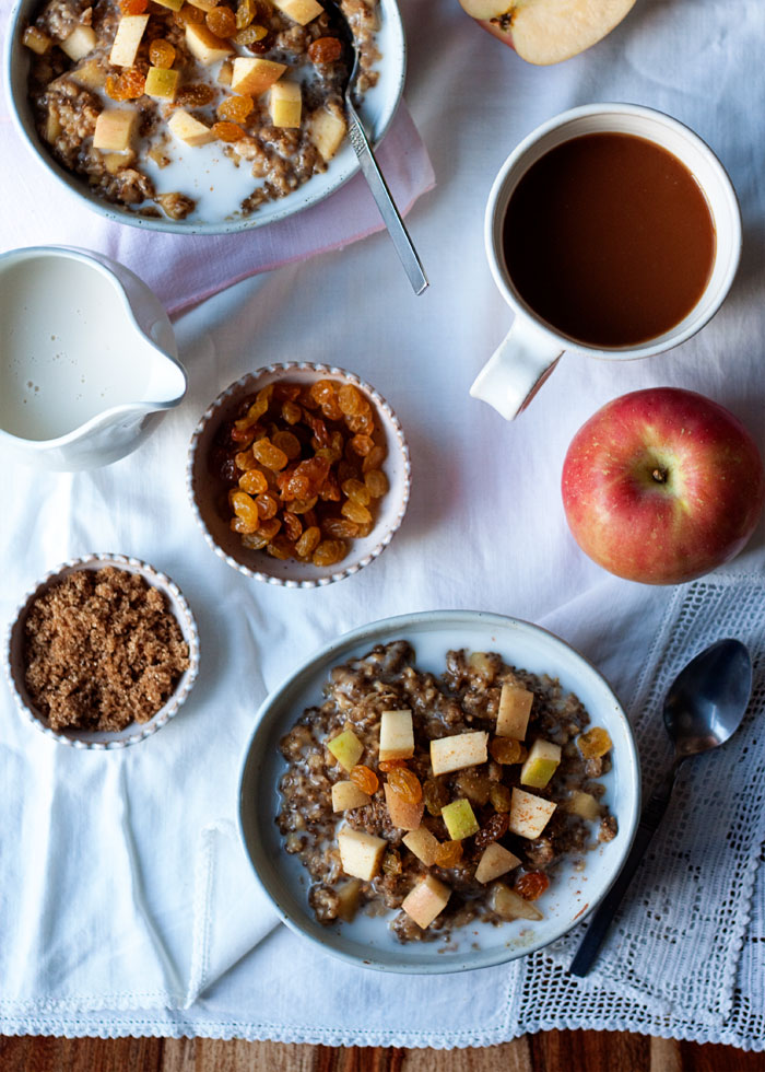 Cozy Apple Gingerbread Oatmeal recipe - Creamy oats paired with sweet apple and heady gingerbread spices. What could be better in a comforting autumn breakfast? (vegan)