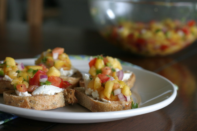 41 Fantastic Fruit Salsa Recipes - like this Peach Salsa from @themuffinmyth